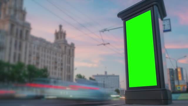 vídeos y material grabado en eventos de stock de cartel de cartel de cartel verde de publicidad vertical en blanco, pilar; se oscurece - timelapse - valla límite