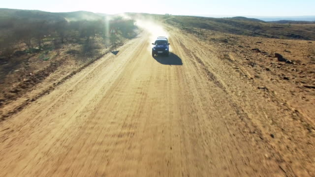 blazing through the namibian desert - wiejska droga filmów i materiałów b-roll