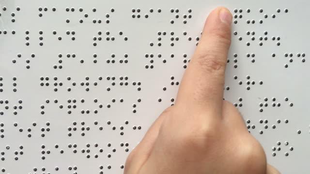 Personne aveugle lit texte alphabet braille - Vidéo