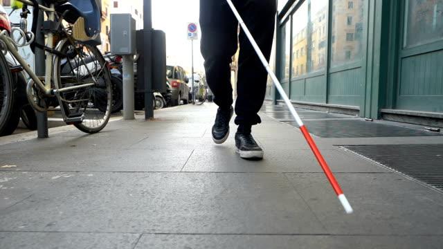 vídeos de stock e filmes b-roll de blindness,orientation,city.blind man walking in the street with his stick - capacidades diferentes
