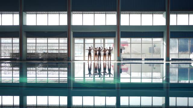 vídeos y material grabado en eventos de stock de entrenamiento de coreografía de natación sincronizada blissful - posición descriptiva