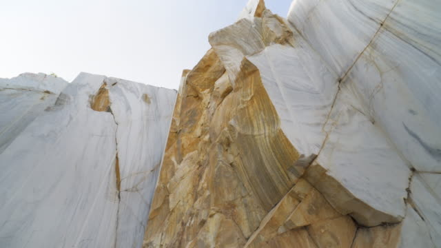 blocks of marble at marble quarry site - pietra roccia video stock e b–roll