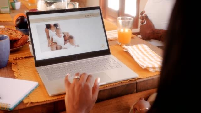 blogger-mutter mit der familie zu hause arbeiten online blog - bloggen stock-videos und b-roll-filmmaterial