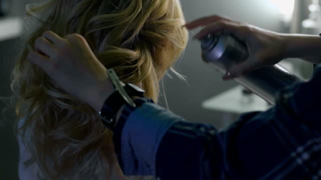 vidéos et rushes de blond femme dans un salon de coiffure. salon de coiffure sur-plan - salons et coiffeurs