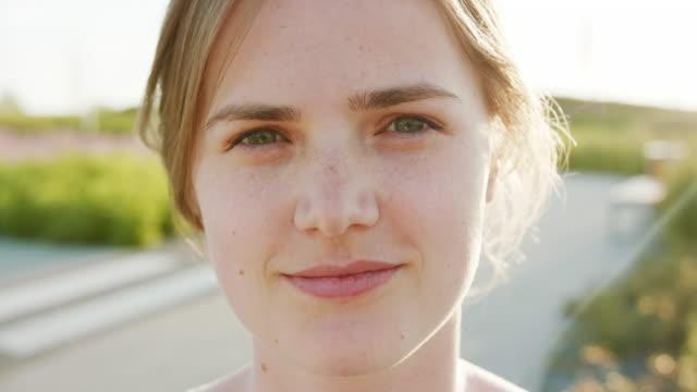 stockvideo's en b-roll-footage met blonde dame. emotie. glimlach - portrait background