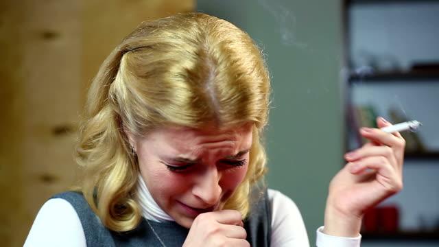blonde frau rauchen zigarette, husten und trinken glas von wein. - ekel stock-videos und b-roll-filmmaterial