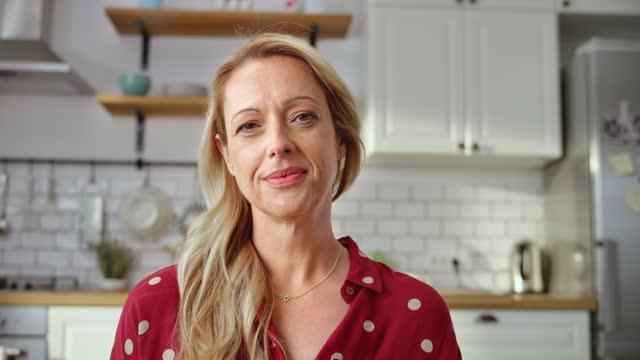 vidéos et rushes de ld blonde femme caucasienne parlant sur un vidéocall de sa maison - 40 44 ans