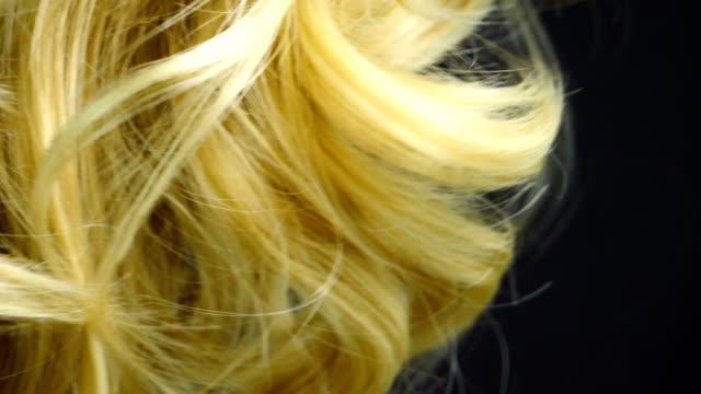 stockvideo's en b-roll-footage met blonde krullen in slow motion - curly brown hair
