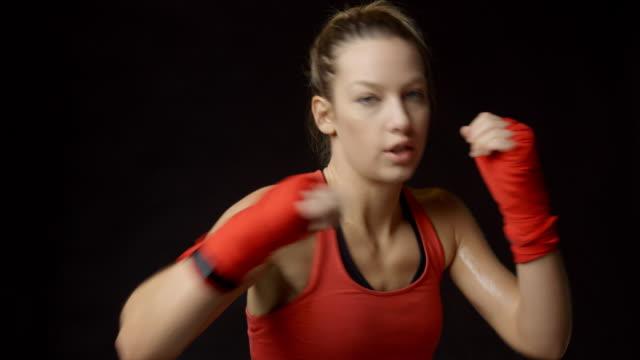 Boxeo de la sombra rubia boxeadora a cámara, primer plano - vídeo