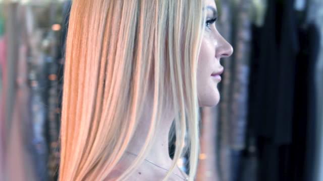 blonde frauen in sexy roten abendkleid verläuft entlang der shop. reflexion im spiegel. blonde frauen in sexy roten abendkleid verläuft entlang der shop. reflexion im spiegel. - teurer lebensstil stock-videos und b-roll-filmmaterial