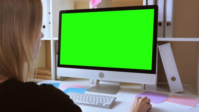 sarışın işyerinde çalışan kadın - sarı saç stok videoları ve detay görüntü çekimi