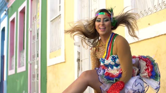 blonde frevo tänzerin frau tanzen in den straßen von olinda, pernambuco - sonnenschirm stock-videos und b-roll-filmmaterial