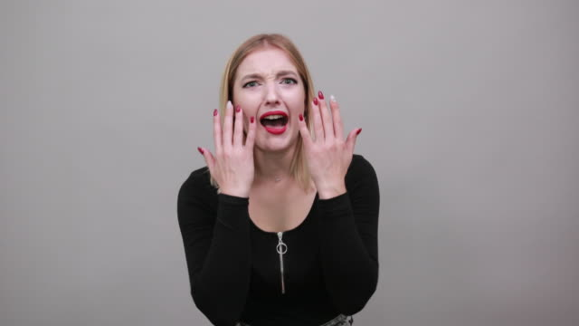 blonde mädchen in schwarzer jacke verärgert frau zeigt maniküre, zeigt fingernägel - maniküre stock-videos und b-roll-filmmaterial
