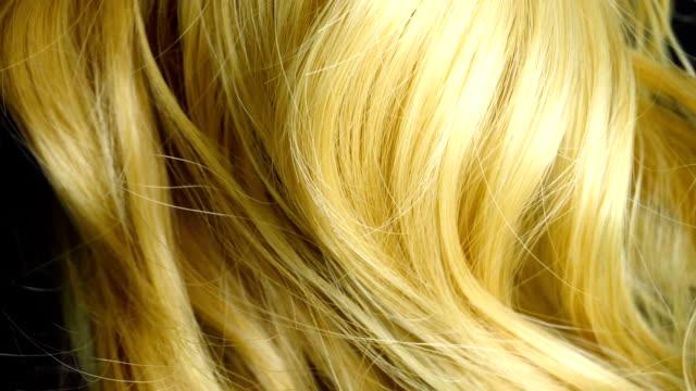 stockvideo's en b-roll-footage met blond haar krullen in slow motion - blond curly hair