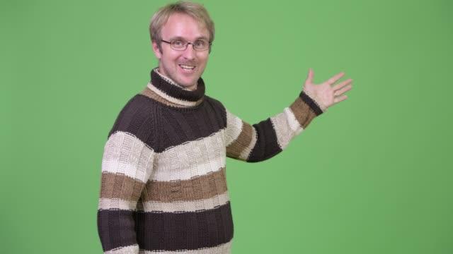 vídeos de stock e filmes b-roll de blonde handsome man ready for winter - weatherman