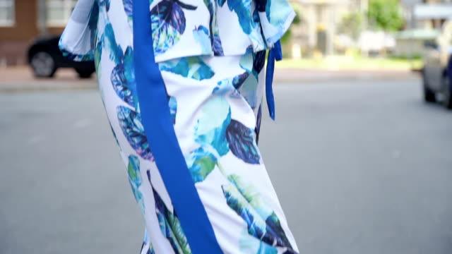 vídeos y material grabado en eventos de stock de rubia en un traje de verano posando en el estacionamiento. cableado de la cámara - ojo morado