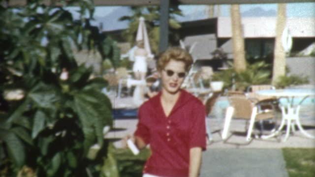 vidéos et rushes de blonde dans des années 1950 palm springs - film d'archive