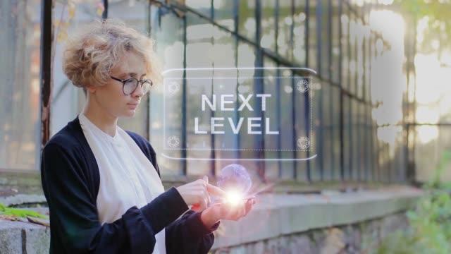 stockvideo's en b-roll-footage met blonde gebruikt hologram volgende niveau - blond curly hair