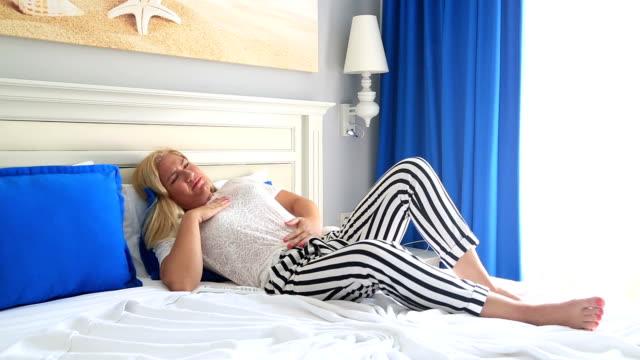 Blonde Frau mit Schmerzen im Unterleib – Video
