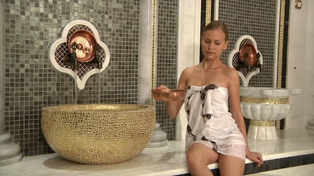 Blonde Femme dans un Roman Bath - Vidéo