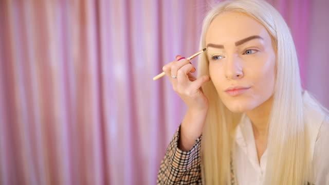 blonde frau aufstellen machen auf augen - bloggen stock-videos und b-roll-filmmaterial
