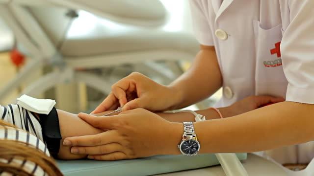 vídeos de stock e filmes b-roll de doação de sangue com mulher bonita - blood donation