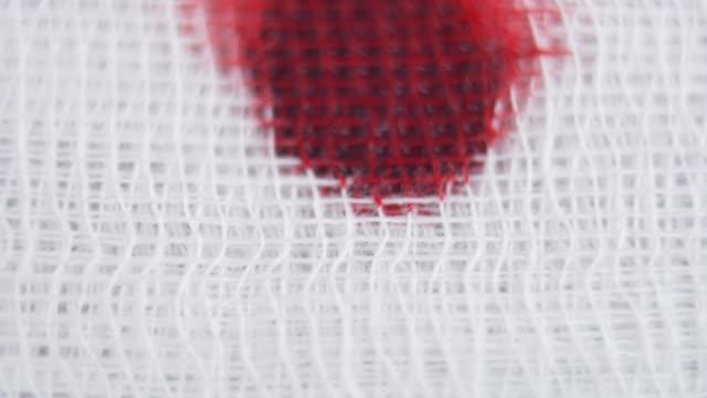 bandajlar üzerinde kan damlama bez kırmızı ile tinged olmak - gazlı bez stok videoları ve detay görüntü çekimi
