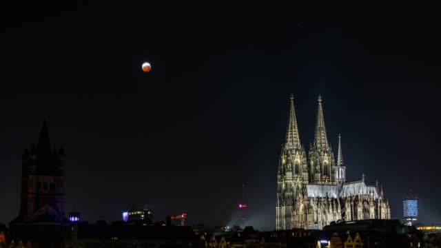 neumond über kölner dom-vollfinder-eclipse - köln stock-videos und b-roll-filmmaterial