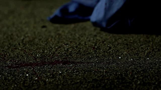 mano sanguinante di teppisti uccisi in brutale scontro di strada, banditismo in strada - cadavere video stock e b–roll