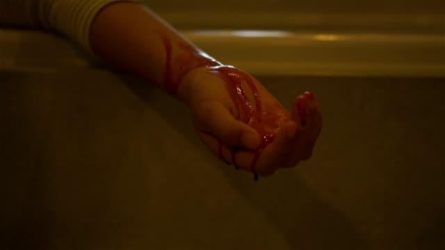 bloody hand. - rana filmów i materiałów b-roll