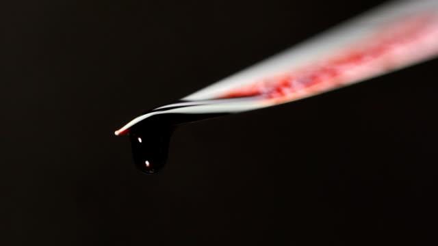 vidéos et rushes de couteau sanglant avec le sang dégoulinant sur le fond noir - lame