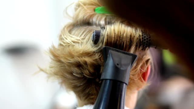 vídeos de stock, filmes e b-roll de escova - estilo de cabelo