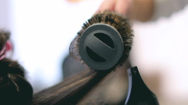vidéos et rushes de brushing séchage - coiffeur