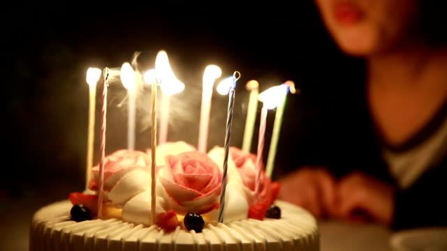 vídeos de stock e filmes b-roll de blowing out candles on birthday cake - aniversário especial