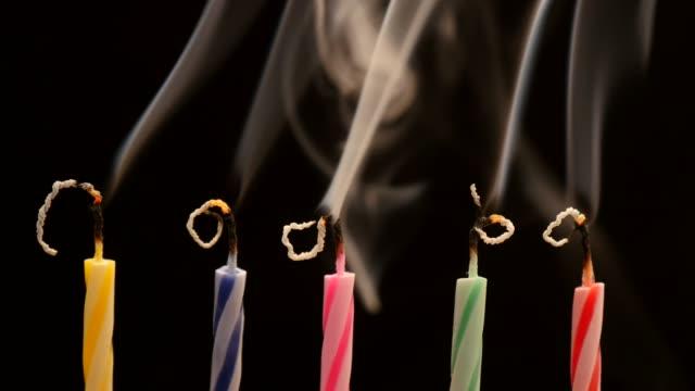 ausblasen der kerzen auf der geburtstagstorte feier - geburtstagskerze stock-videos und b-roll-filmmaterial