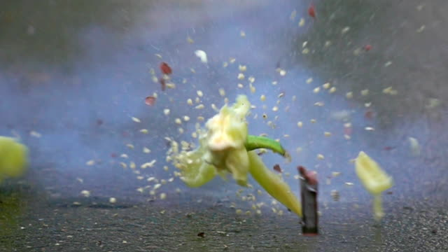 vídeos de stock e filmes b-roll de blowing up green bell pepper. 500 fps super slow motion shot - pimentão