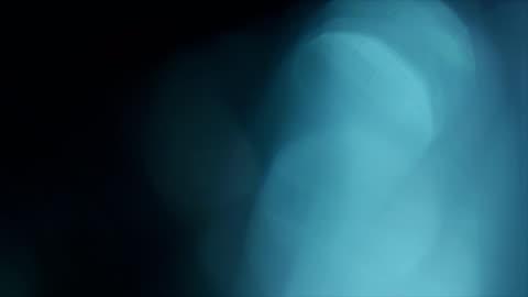 vídeos de stock e filmes b-roll de blue abstract background with bokeh - 4k - desfocado focagem