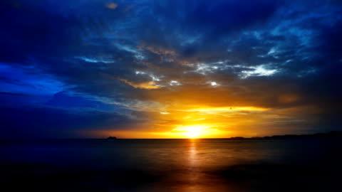blue and yellow ocean sunrise - horyzont wodny filmów i materiałów b-roll
