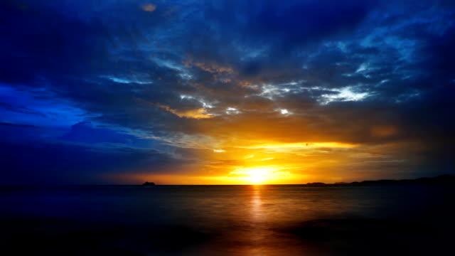 blaue und gelbe meer sonnenaufgang - horizont über wasser stock-videos und b-roll-filmmaterial