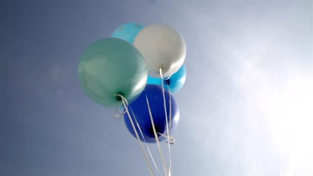 Globos azules en el cielo - vídeo