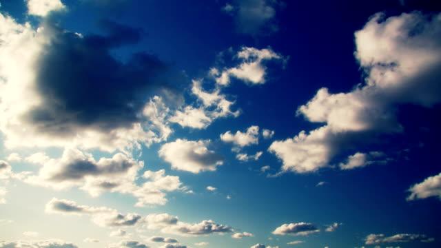 vídeos de stock, filmes e b-roll de lapso de tempo de nuvens azuis de fundo - só céu