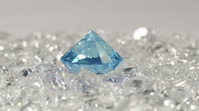 vídeos de stock, filmes e b-roll de um diamante azul colocado em diamantes brancos - esmeralda