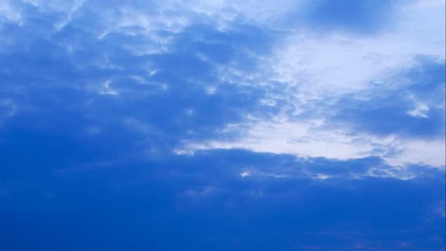 blå kvällssolnedgångsmoln som flyger över himlen. time-lapse - nightsky bildbanksvideor och videomaterial från bakom kulisserna