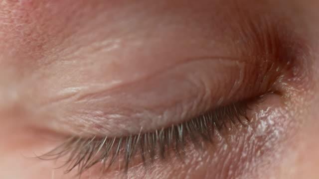 ecu blå ögat av en person som gråter - male eyes bildbanksvideor och videomaterial från bakom kulisserna