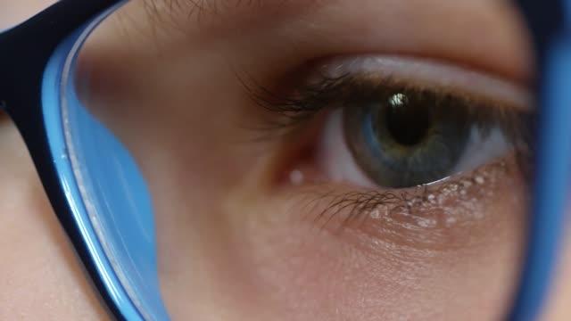 stockvideo's en b-roll-footage met blauwe eyed jongen in glazen knipperen - bril brillen en lenzen