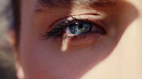 vídeos y material grabado en eventos de stock de retrato de ojos azules. de cerca - sol