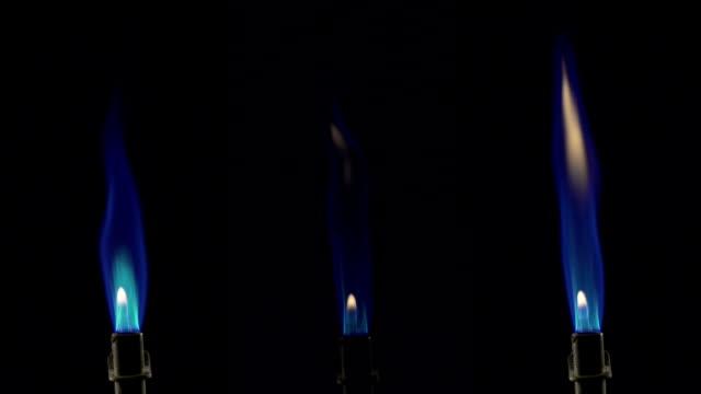 blue flames burning from bunsen burners - bunsen beki stok videoları ve detay görüntü çekimi