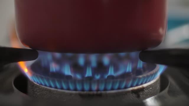 vídeos de stock e filmes b-roll de blue gas stove - cozido