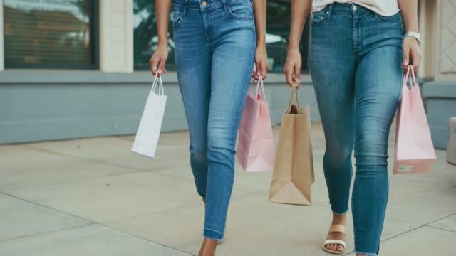 blå jean babes låt inget stå i deras väg när det gäller shopping - jeans bildbanksvideor och videomaterial från bakom kulisserna