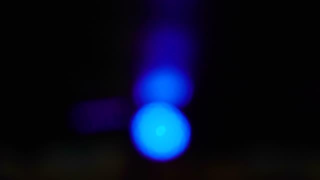 odasında bulanık yakalama içine mavi ışıklar - estonya stok videoları ve detay görüntü çekimi
